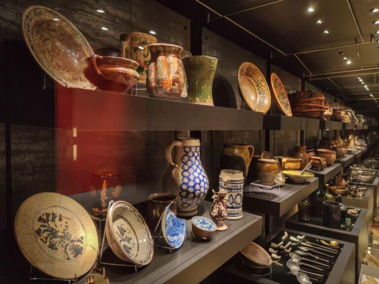 Zabytki archeologiczne w gablocie wystawowej