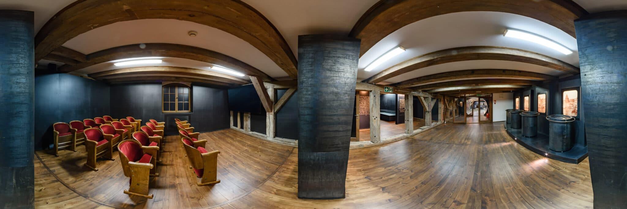 Kameralna sala kinowa i część wystawy muzealnej