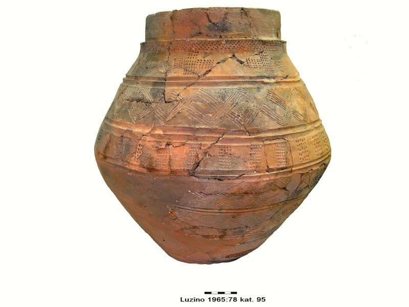 01 gliniane naczynie zasobowe XI wiek