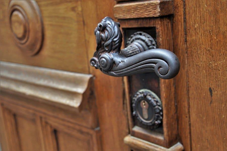 Klamka w drzwiach