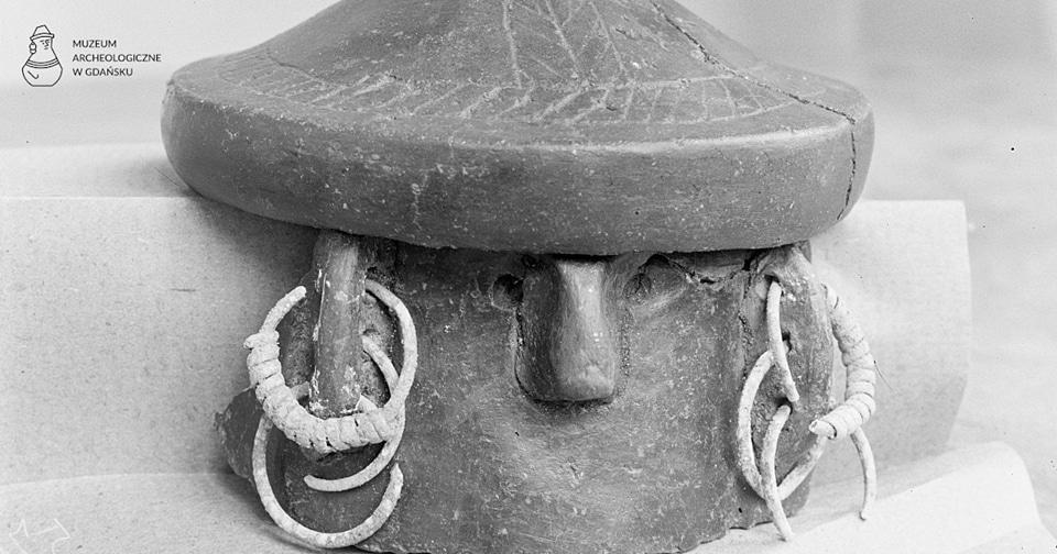 Fragment popielnicy twarzowej z pokrywą odkrytej w 1932 r. w Mierzynie, gm. Gniewino, woj. pomorskie