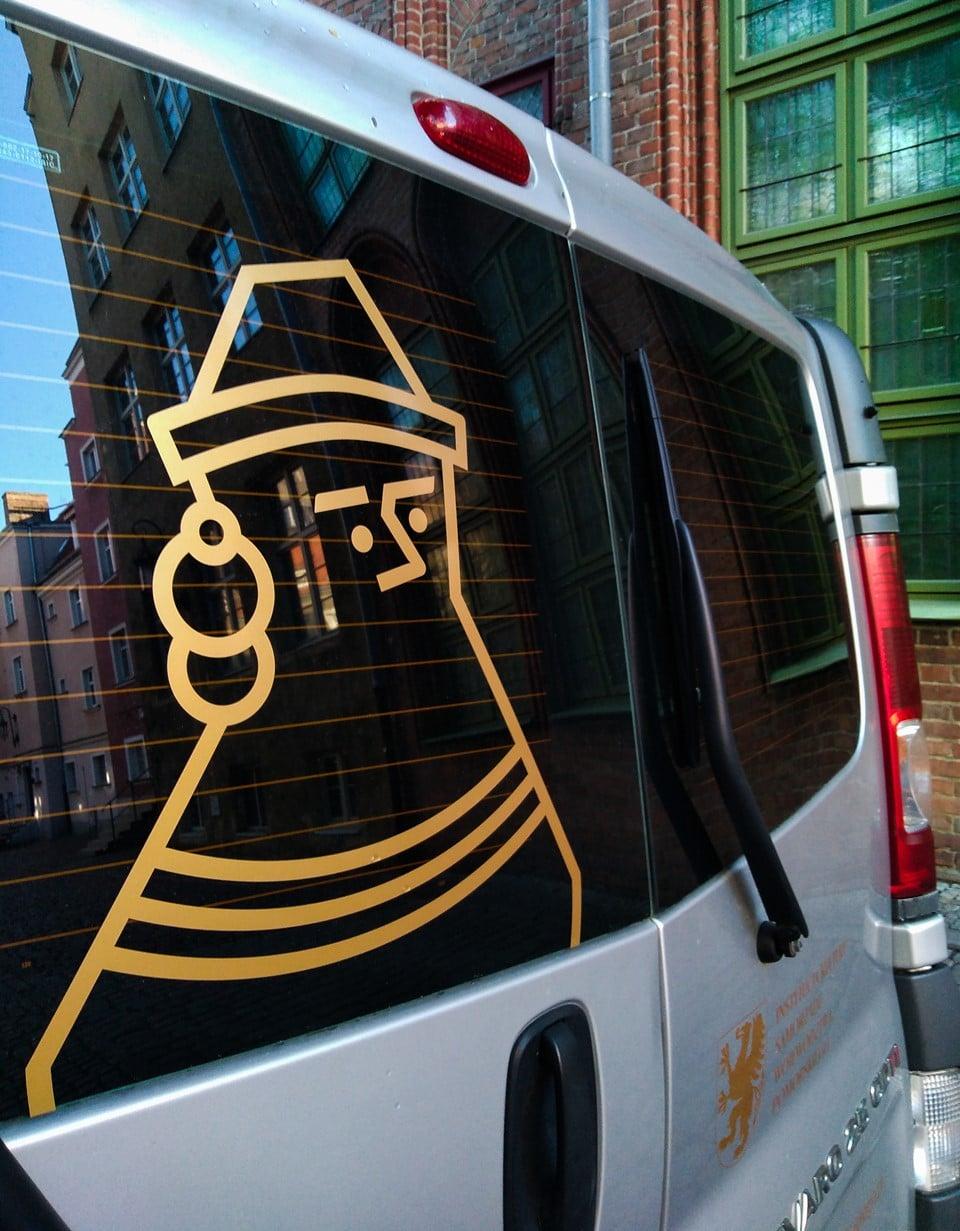 Logo MAG na samochodzie