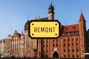 Dom Przyrodników i Brama Mariacka od strony Motławy. Na zdjęciu napis: REMONT.